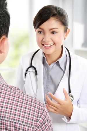 dos personas hablando: Doctor hablando con un paciente de sexo masculino en el hospital Foto de archivo