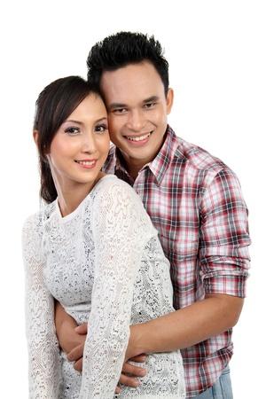 jovenes enamorados: Retrato de una hermosa joven pareja sonriente feliz aisladas sobre fondo blanco