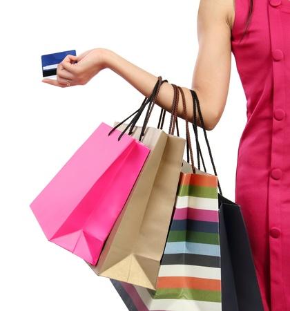 tarjeta de credito: Cerca de mano de la mujer con bolsas de tiendas, comercios y tarjetas de cr�dito