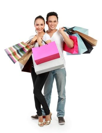 chicas comprando: retrato de cuerpo entero de compras rom�ntica pareja de j�venes aislados en fondo blanco