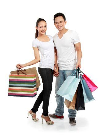 faire les courses: portrait complet du corps du shopping en couple romantique jeune isol� sur fond blanc
