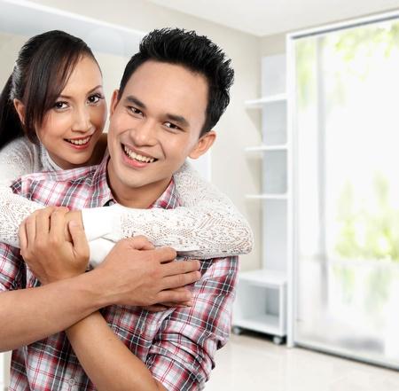 asian home: Ritratto di giovane coppia felice nella loro nuova casa