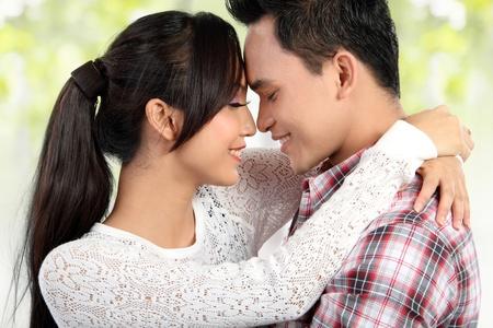 couple enlac�: pr�s portrait Heureux jeune couple embrassant