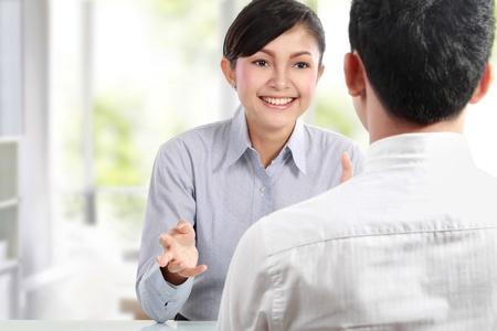 dos personas hablando: El éxito de los ejecutivos de negocios jóvenes reunidos en la oficina Foto de archivo