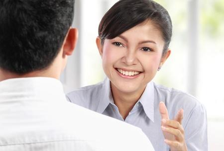 dos personas platicando: Sonriendo gente de negocios hablando en reuniones de negocios en la oficina
