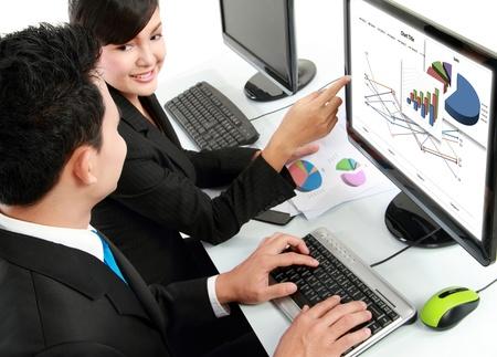 discutere: ufficio donna e uomo, operaio di lavoro sul computer in ufficio Archivio Fotografico