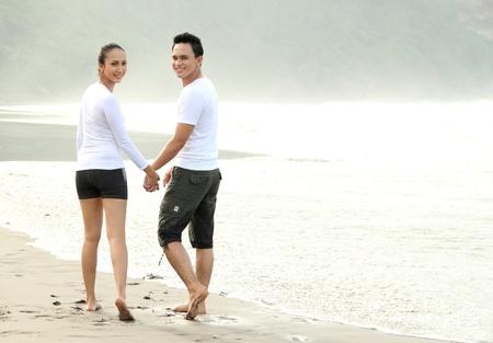 couple amoureux: aimer du temps de qualit� en couple d�penses uns avec les autres sur la plage