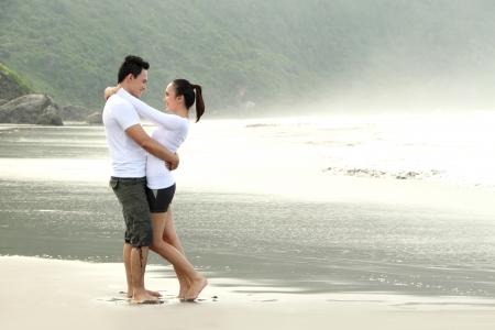 boyfriend: Un abrazo atractiva pareja feliz en la playa