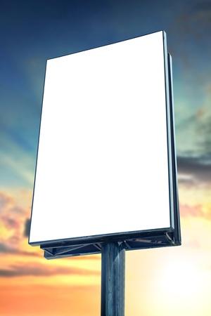 vertical: Cartelera en blanco contra el cielo del atardecer, para más vallas publicitarias, visite nuestro portafolio Foto de archivo