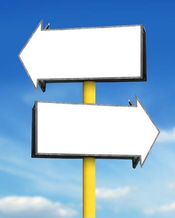 flecha derecha: flecha blanca en blanco tablero de la muestra en el fondo de cielo azul
