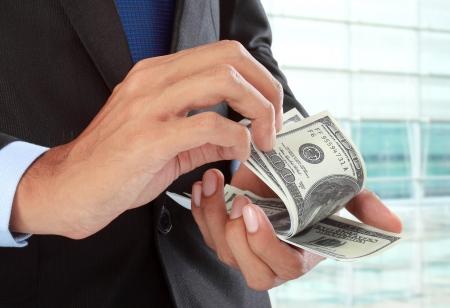 cuenta bancaria: cerca de la mano de hombre de negocios contar dinero
