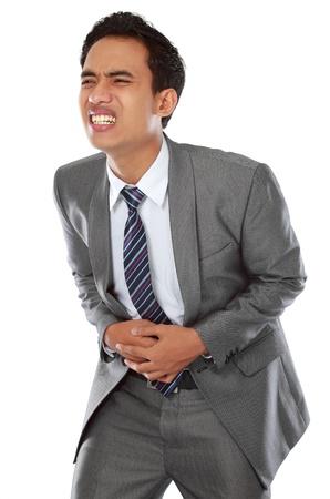 diarrea: Hombre joven con dolor de est�mago aisladas sobre fondo blanco