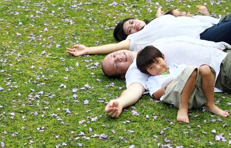 gelukkig gezin liggend in het park