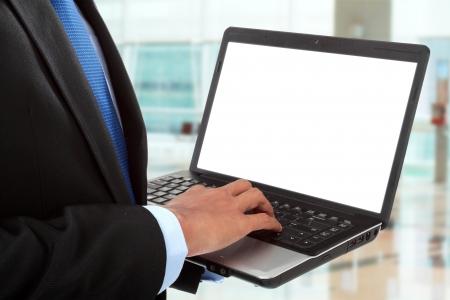 business man laptop: cerca de la mano de hombre de negocios trabajando con la computadora port�til en la oficina