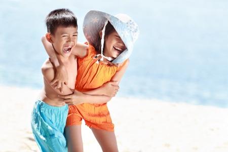 Retrato de felices los niños asiáticos que se divierten en hermoso día soleado