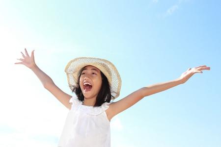 enfants qui rient: Cute petite fille l�ve les mains contre le ciel bleu