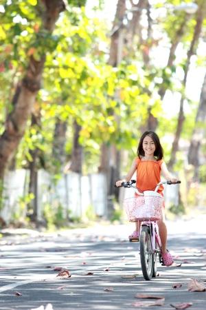 ni�os en bicicleta: asi�tico lindo little girl riding bicicleta al aire libre