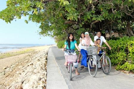 scarf beach: familia con los ni�os disfrutar de paseos al aire libre de la bicicleta en la playa