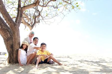 femmes muslim: sourire famille heureuse d�tente � la plage Banque d'images