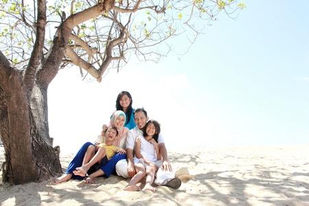 scarf beach: Retrato de una familia feliz asi�tico de vacaciones