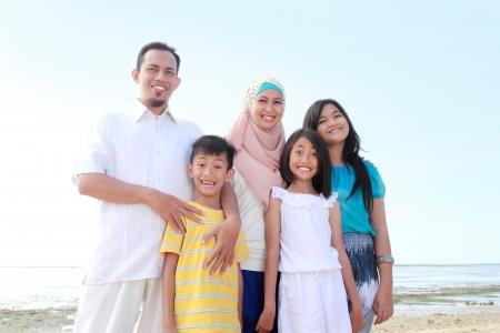 mujeres musulmanas: Retrato de una familia feliz asi�tico de vacaciones