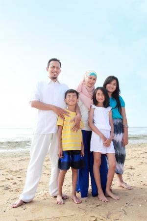 scarf beach: Retrato de la familia musulm�n feliz en la playa