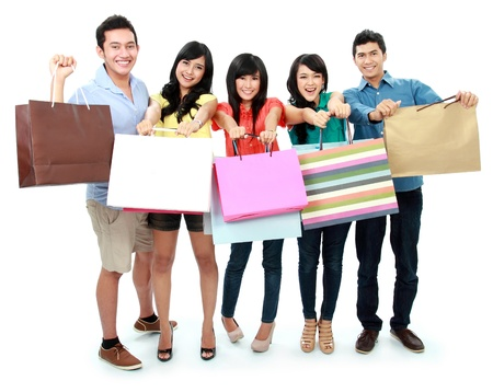 chicas de compras: Retrato de grupo de personas juntos de compras aisladas sobre fondo blanco