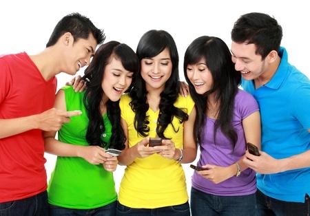 celulas humanas: Grupo de amigos adolescentes jugando tel�fono celular