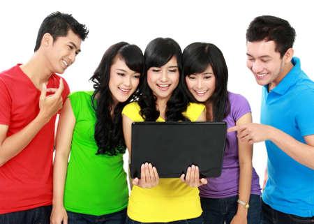 Grupo de Amigos del adolescente de ellos tienen un ordenador portátil