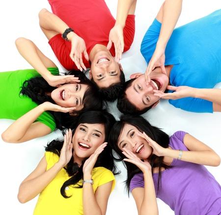 gelukkige groep vrienden schreeuwen met hun hoofden samen op de vloer Stockfoto