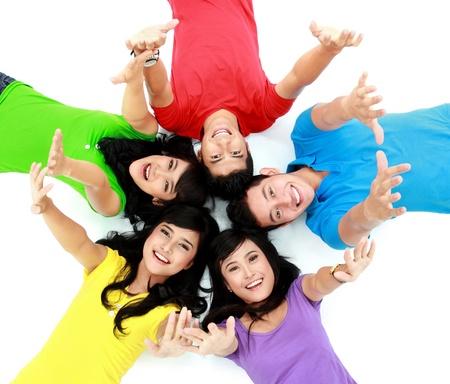 gente exitosa: feliz grupo de amigos sonriendo con la cabeza juntos en el suelo
