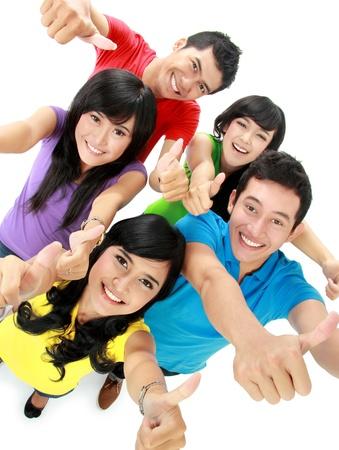thumbs up group: Happy amici eccitati sorridente che mostra pollice fino gesto