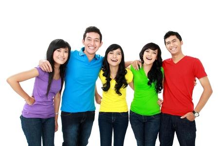 adolescentes riendo: Grupo de adolescentes sonrientes aisladas sobre fondo blanco