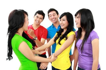 discutere: Gruppo di adolescenti amichevoli divertirsi insieme