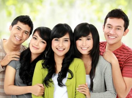 Asian male model: nhóm các bạn bè ở cùng nhau mỉm cười và nhìn vào máy ảnh Kho ảnh
