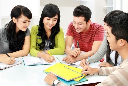 hombre estudiando: Grupo de estudiantes asi�ticos que estudian juntos en casa Foto de archivo