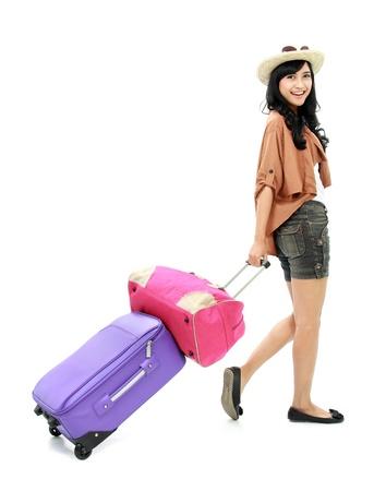 femme valise: portrait de Happy girl va sur la marche de vacances avec une valise et un sourire