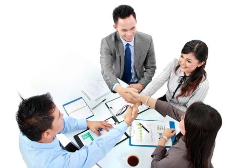 zusammenarbeit: Portrait einer erfolgreichen Business-Team H�ndesch�tteln mit einander im B�ro Lizenzfreie Bilder