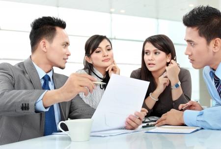cuadro sinoptico: hombre de negocios y salas de reuniones mujer en la oficina hablando de algo Foto de archivo