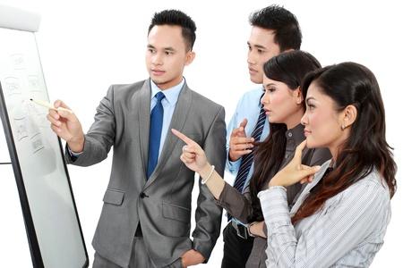 training: Un groupe de gens d'affaires discutant et en regardant tableau blanc isol� sur fond blanc