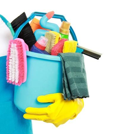 servicio domestico: cerca retrato de sirve la mano con el equipo de limpieza aislados sobre fondo blanco