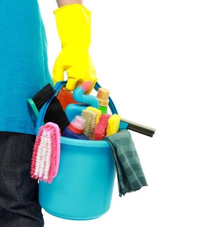 huis opruimen: portret van reinigingsapparatuur geïsoleerd op witte achtergrond