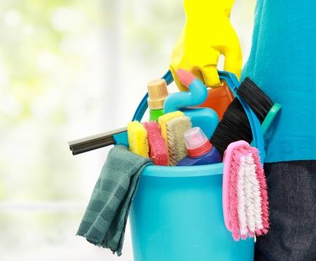 limpieza del hogar: cerca retrato de sirve la mano con el equipo de limpieza