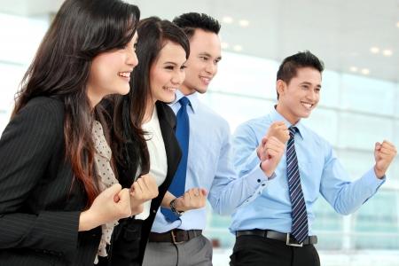 personas festejando: Emocionado grupo de hombres de negocios que celebran éxito