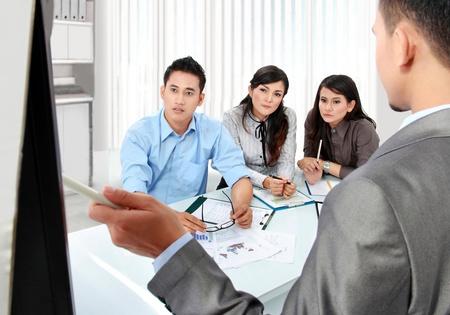training: business team presentatie in het kantoor met behulp van whiteboard