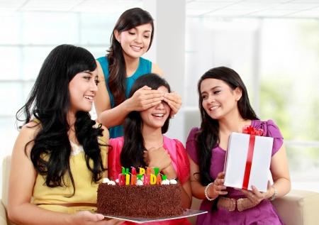 augenbinde: junge sch�ne Frau mit verbundenen Augen w�hrend der �berraschungs-Geburtstagsfeier