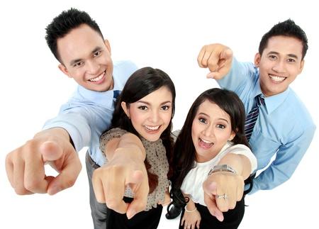 finger pointing: Retrato de un empleado de oficina mujer y un hombre que se�ala en usted aislados en fondo blanco