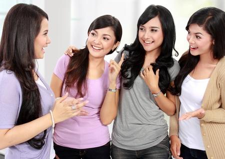 mujeres sentadas: grupo de amigos mujer hablando juntos y sonreír Foto de archivo