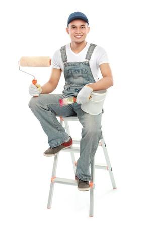 pintor: retrato del trabajador Pintor de sexo masculino con pincel aislado sobre fondo blanco Foto de archivo