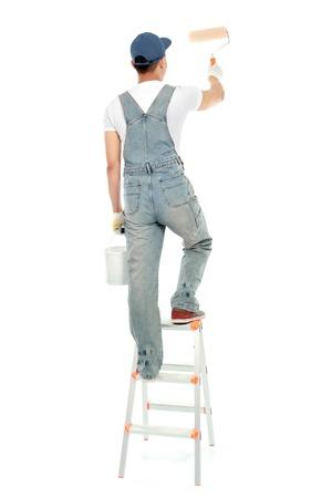 hombre pintando: pintor de la escalera pintando la pared aislado sobre fondo blanco